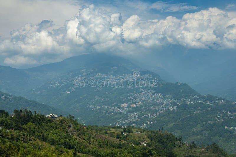 Drammatico si rannuvola la citt? di Gangtok, Sikkim, India immagini stock libere da diritti