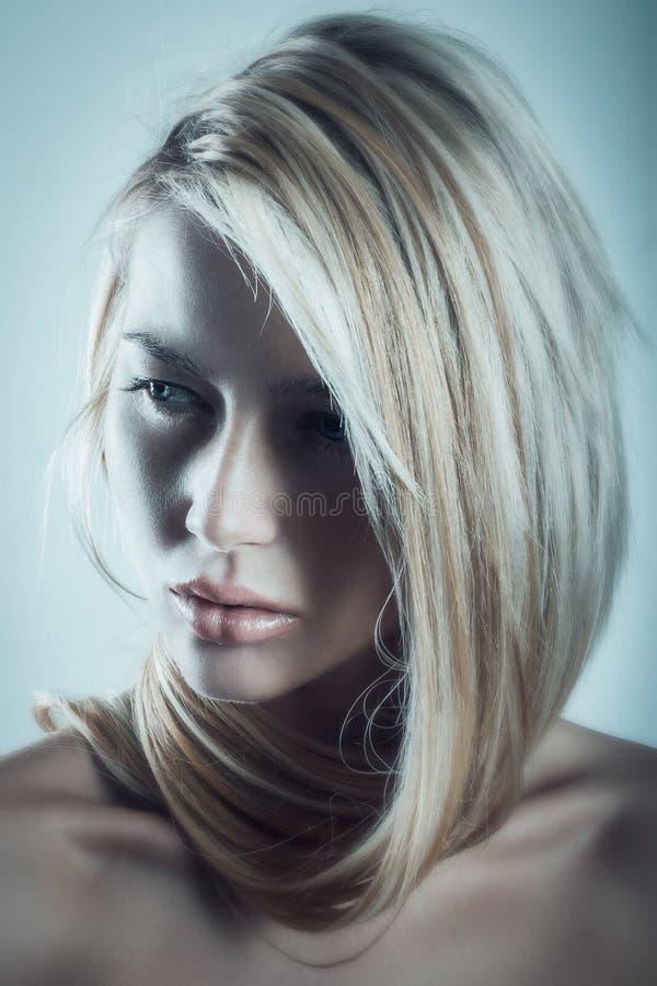 Drammaticportret van jonge mooie vrouw met prachtig blondehaar royalty-vrije stock fotografie