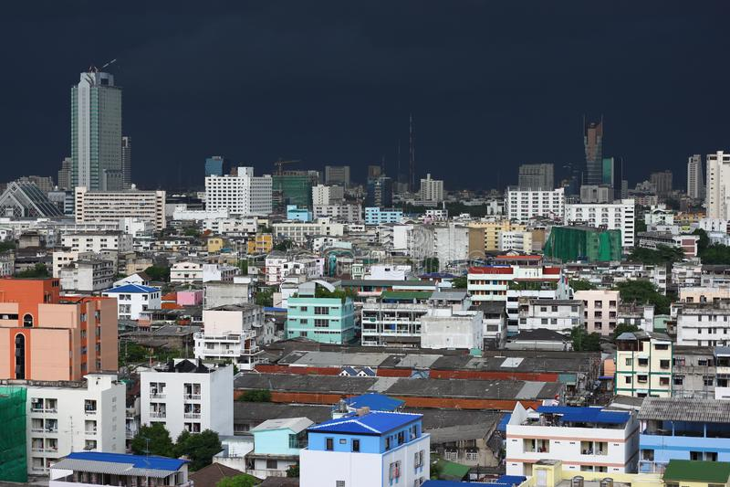 Dranatic灰色暴风云在会集在曼谷 库存图片