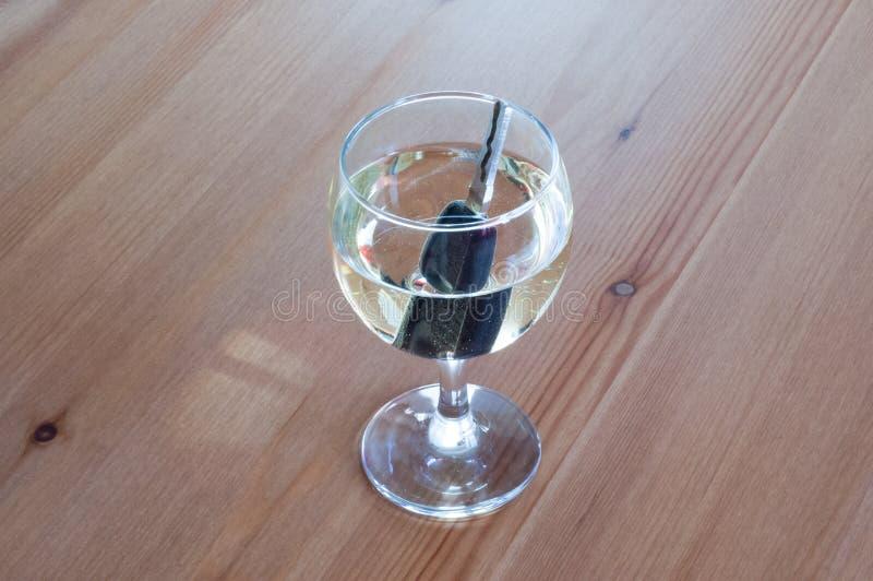 Drank en aandrijvings witte van het de auto zeer belangrijke einde van het wijnglas het conceptenclose-up royalty-vrije stock foto's