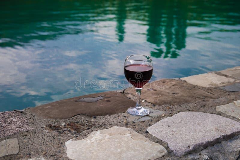Drank in lang glas in poolside Verfrissing op de zomerdag Purpere sapcocktail of wijnstok royalty-vrije stock afbeeldingen