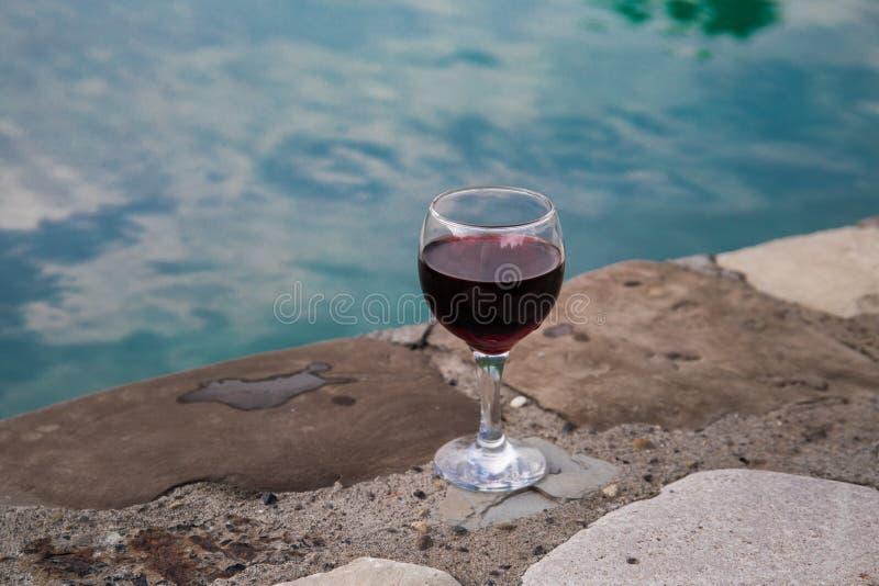 Drank in lang glas in poolside Verfrissing op de zomerdag Purpere sapcocktail of wijnstok stock foto