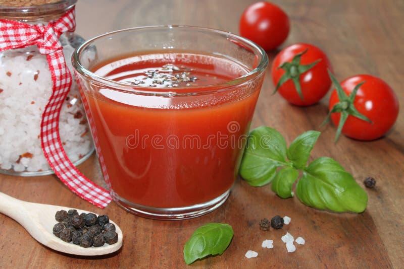 Drank met tomaten en kruiden stock foto's