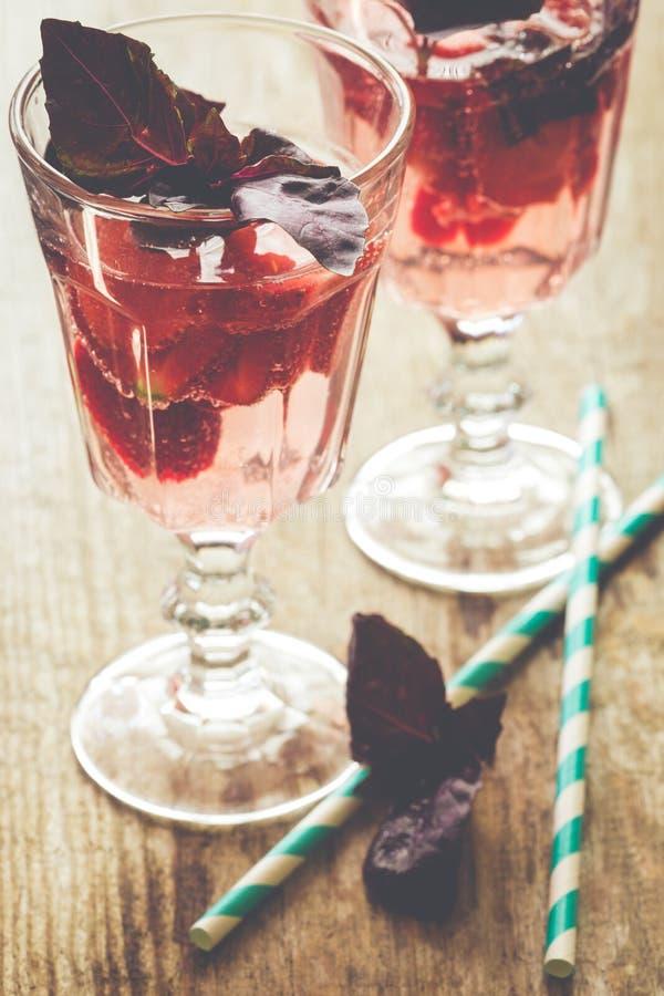 Drank met verse aardbei en basilicum op glas royalty-vrije stock foto's