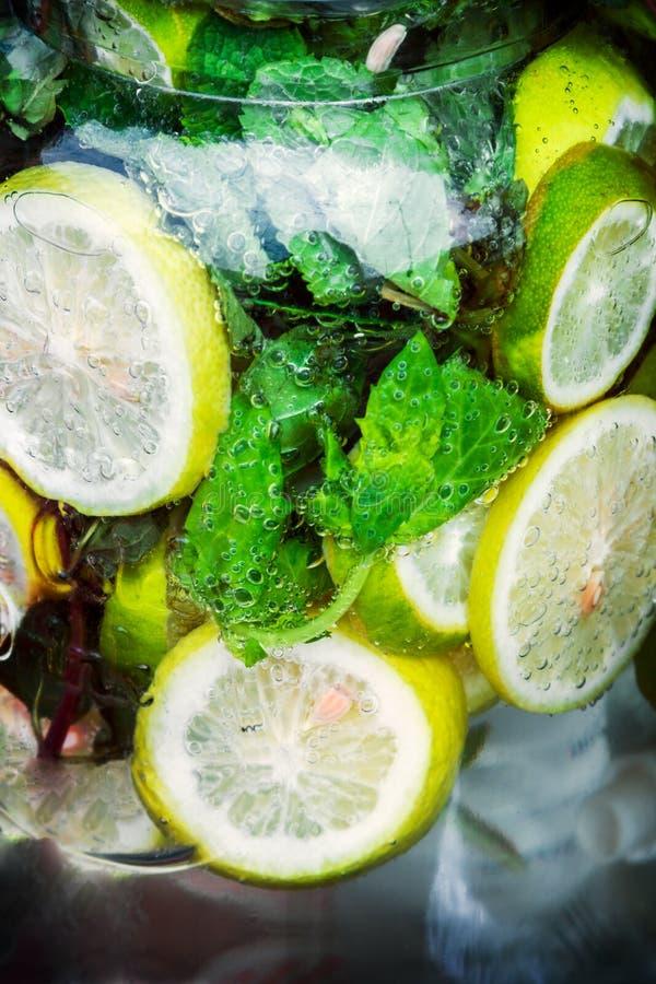 Drank Mojito van citroenen, kalk en munt met ijs stock afbeelding