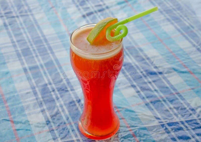 Drank op een alcoholische cocktail van het lijstfruit met een citroen stock afbeeldingen