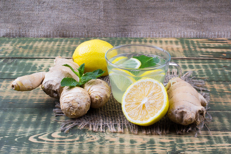 Drank over gember en citroensap royalty-vrije stock afbeelding