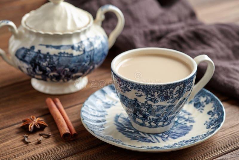Drank van de chai latte de verfrissende organische gezonde traditionele hete drank van de melkthee stock afbeelding
