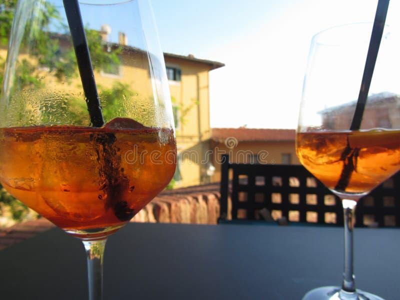 Drank van het de zomer de verfrissende aperitief op de rotsen Spritzcocktail met citroenplak royalty-vrije stock fotografie