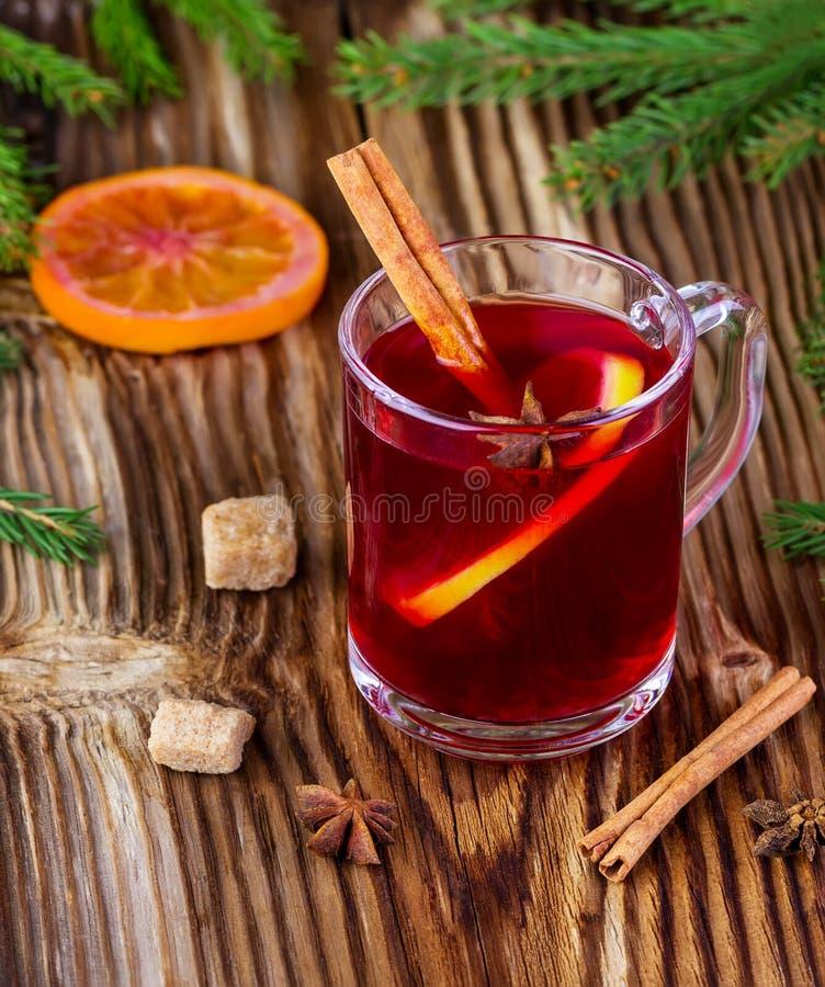 Drank van rode kleur met kruiden royalty-vrije stock afbeeldingen