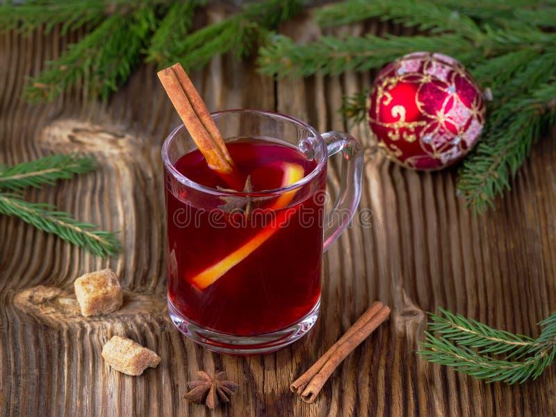 Drank van rode kleur met kruiden stock foto's