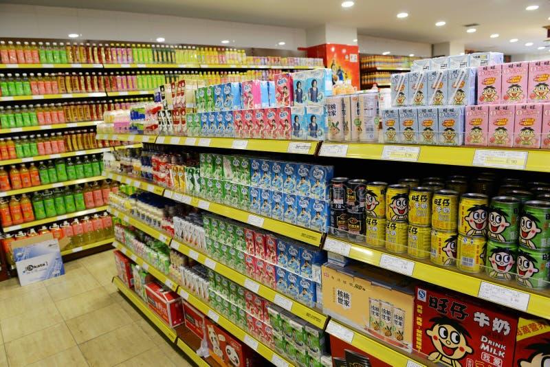 Dranken bij supermarkt stock afbeeldingen