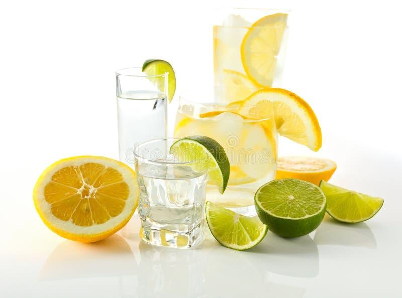 Dranken met citroen en kalk. stock afbeeldingen