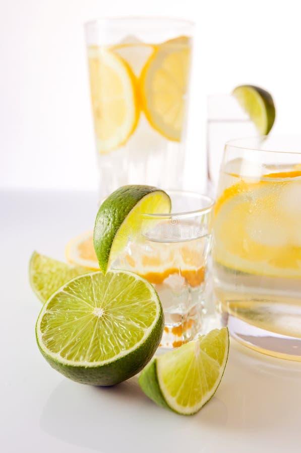 Dranken met citroen en kalk. royalty-vrije stock afbeeldingen