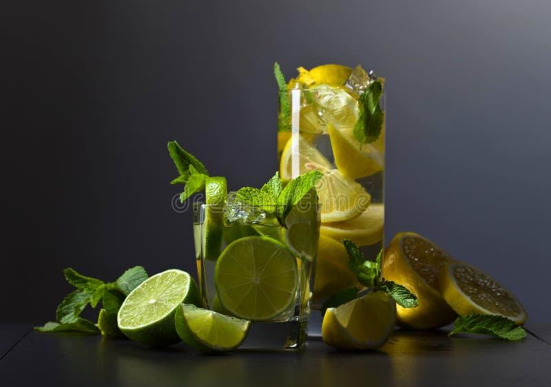 Dranken met citrusvrucht en pepermunt royalty-vrije stock afbeelding