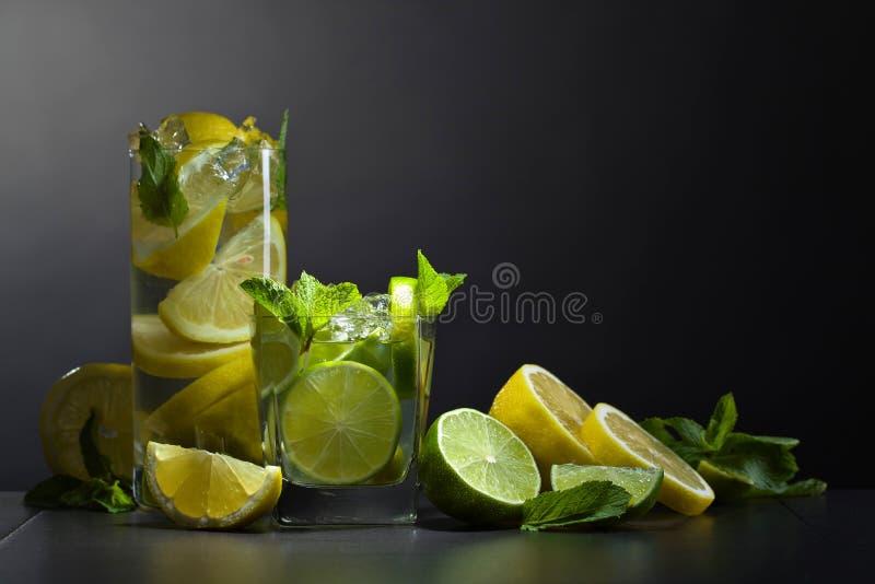 Dranken met kalk, citroen en pepermunt stock afbeeldingen