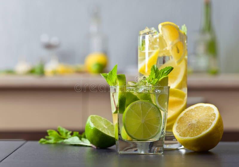 Dranken met kalk, citroen en pepermunt royalty-vrije stock afbeelding