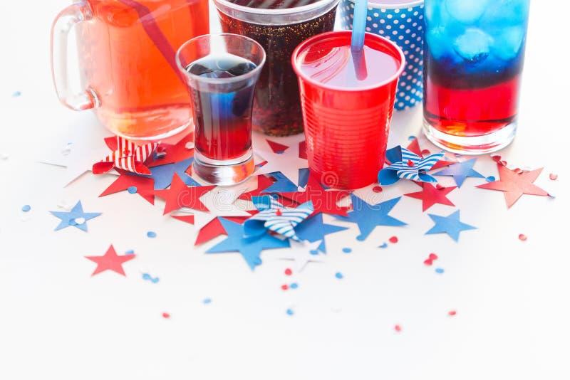 Dranken op de Amerikaanse partij van de onafhankelijkheidsdag stock afbeeldingen