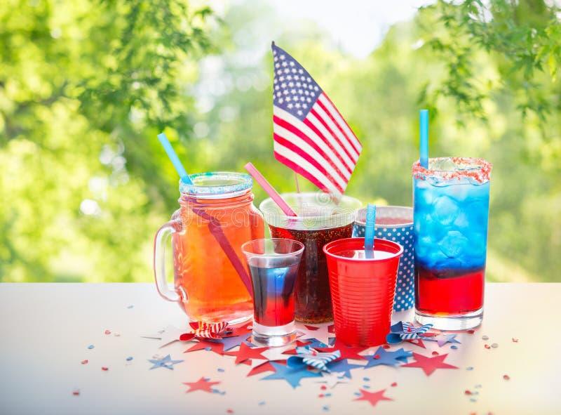 Dranken op de Amerikaanse partij van de onafhankelijkheidsdag stock foto