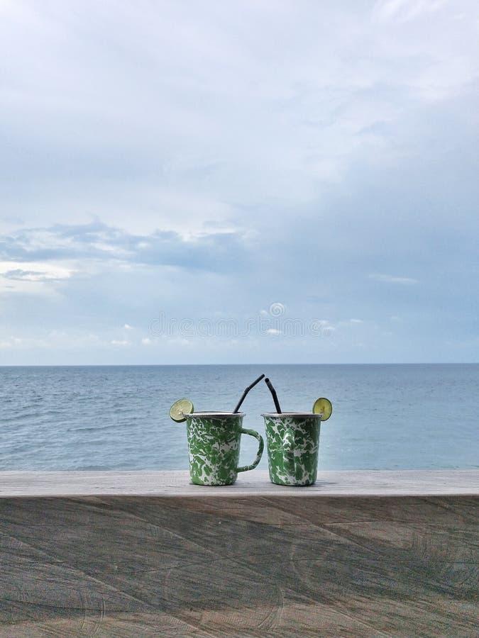 Dranken op het strand royalty-vrije stock afbeeldingen