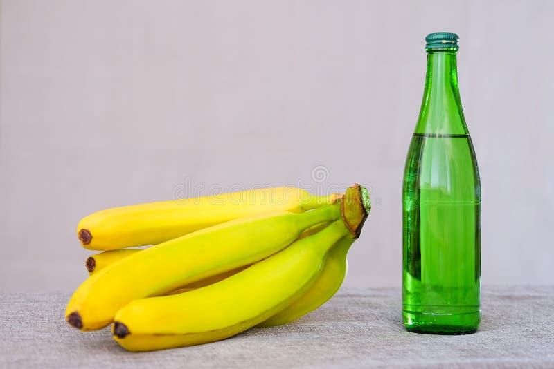 Dranken van het het Mineraalwaterfruit van het bananen de lichte Ontbijt aan de lijst Voedsel voor een gezonde levensstijl stock afbeeldingen
