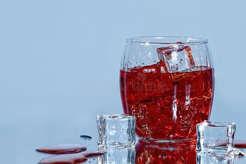 Drankglas en Ijsblokjes stock foto's