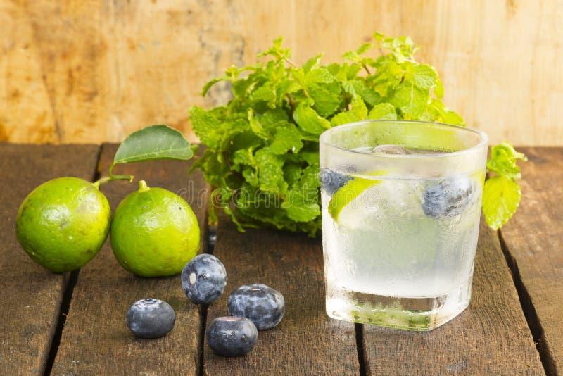 Drankontgifting, bosbes en limonadewater Fruit en gezondheid Sluit omhoog royalty-vrije stock afbeelding