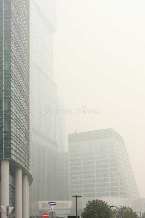 drapacz chmur ciężki smog fotografia stock