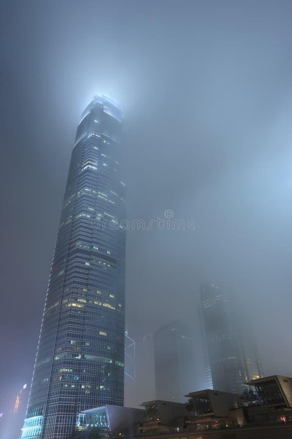 Drapacz chmur w mgle zdjęcia royalty free
