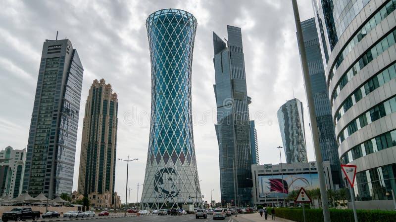 Drapacz chmur w Pieniężnym Gromadzkim linia horyzontu w zachód zatoce, Doha, Katar obrazy royalty free