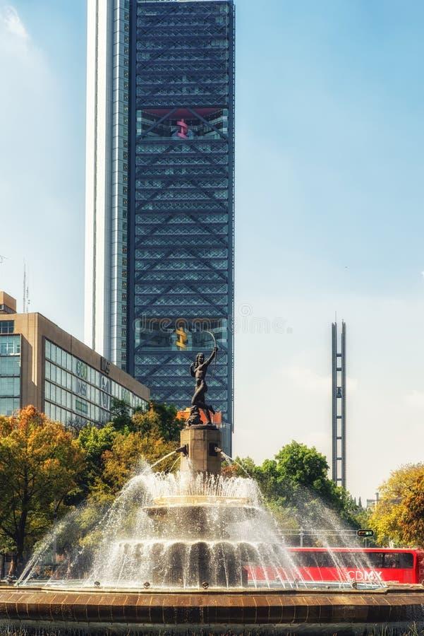 Drapacz chmur z losu angeles Diana fontanną w Meksyk, Meksyk obrazy stock