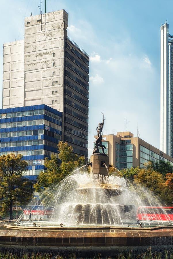 Drapacz chmur z losu angeles Diana fontanną w Meksyk, Meksyk fotografia royalty free