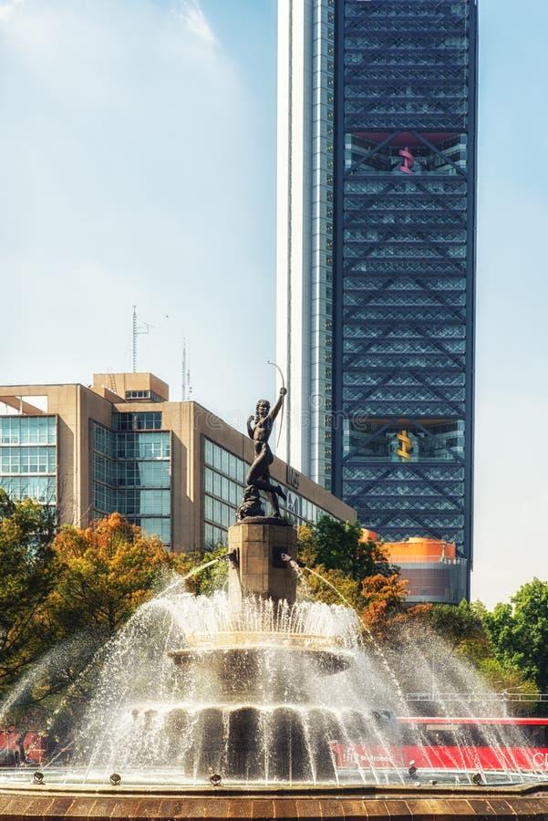 Drapacz chmur z losu angeles Diana fontanną w Meksyk, Meksyk zdjęcia royalty free