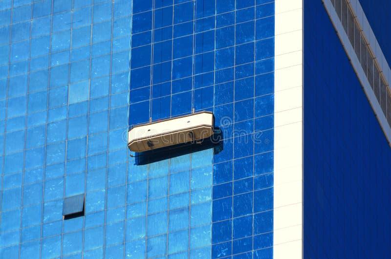 Drapacza chmur cleaning w Dubaj obrazy stock