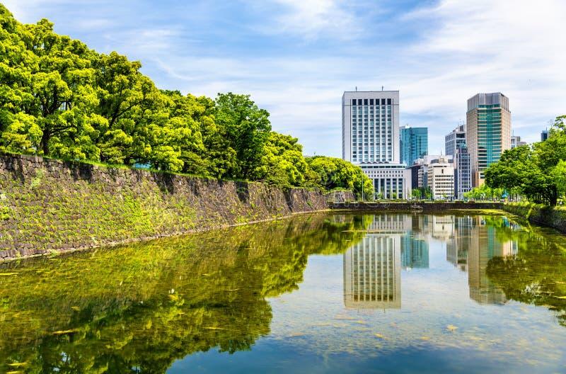 Drapacze chmur blisko Cesarskiego pałac w Tokio zdjęcie royalty free