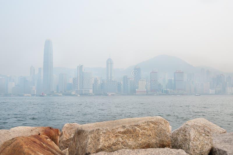 Drapacze chmur Hong Kong pieniężny okręg Wiktoria i Osiągają szczyt zaciemniają zanieczyszczeniem powietrza obrazy stock