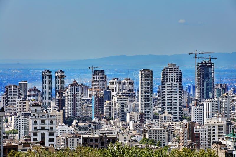 Drapacze chmur na zboczu i górach w odległości, Teheran, Iran fotografia stock