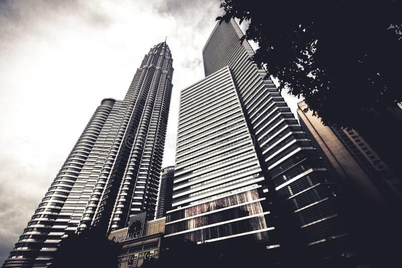 Drapacze chmur otacza miasto Kuala Lumpur, Malezja obraz stock