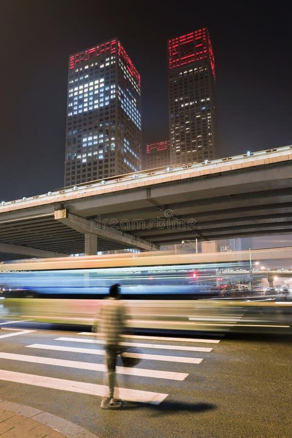 Drapacze chmur przy nocą w Pekin centrum miasta, Chiny zdjęcia royalty free
