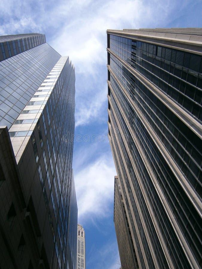 Drapacze chmur up przeciw niebieskiemu niebu zdjęcia royalty free