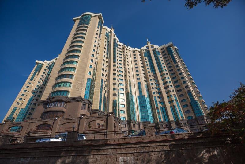 Drapaczy chmur budować    wierza w Almaty Kazachstan obrazy stock