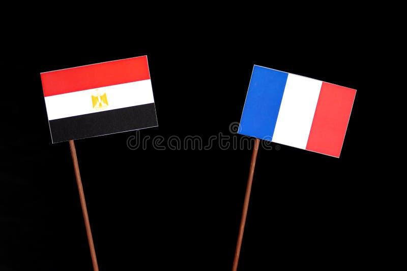 Drapeau égyptien avec le drapeau français d'isolement sur le noir photos stock