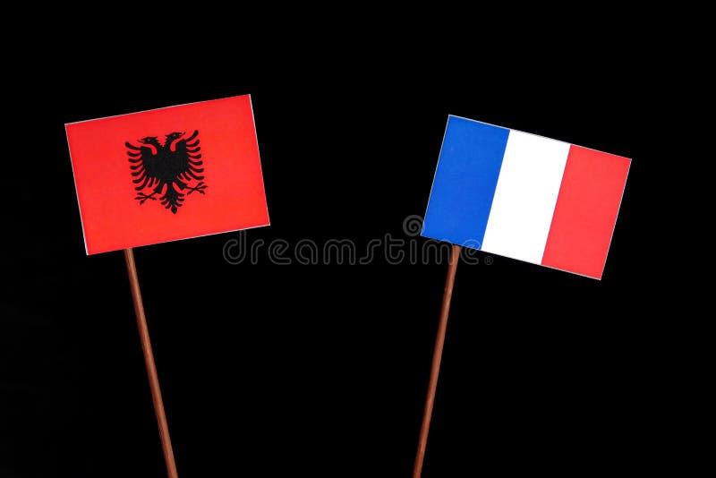Drapeau albanais avec le drapeau français d'isolement sur le noir photos stock