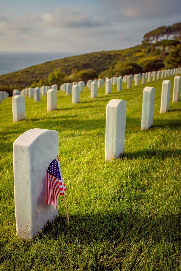Drapeau américain à la tombe du soldat images stock