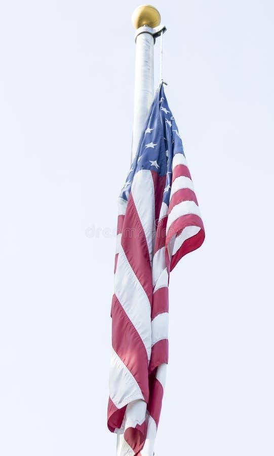Drapeau américain accrochant sur le mât de drapeau images stock