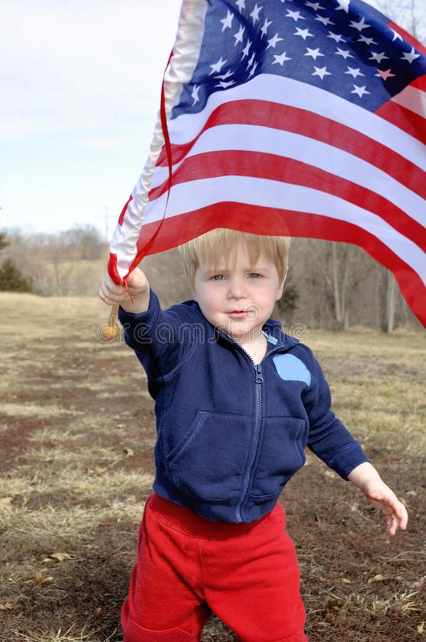 Drapeau américain agitant des garçons photographie stock libre de droits
