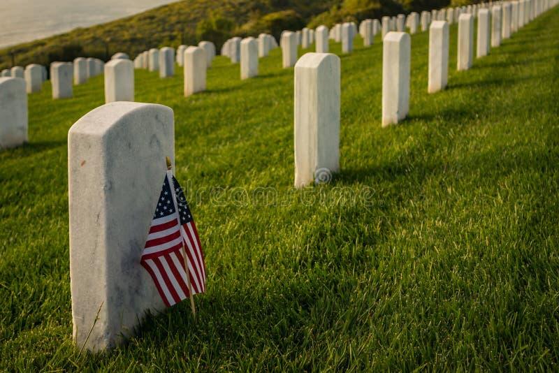 Drapeau américain au cimetière militaire photo libre de droits