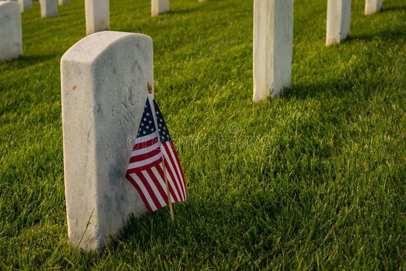 Drapeau américain au marqueur grave du soldat tombé photo libre de droits