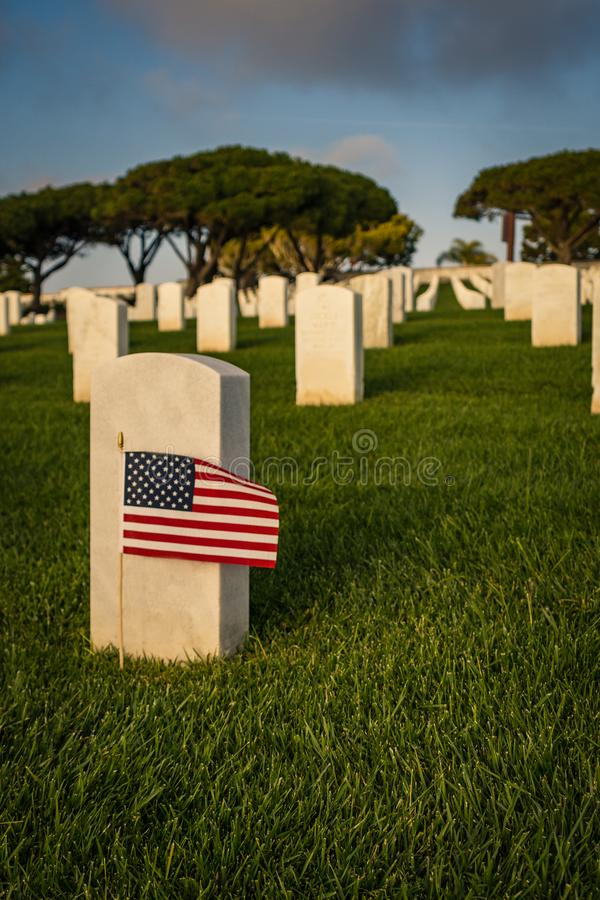 Drapeau américain au marqueur grave du soldat tombé images libres de droits