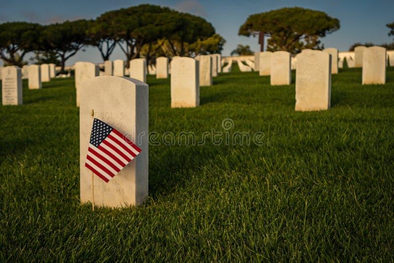 Drapeau américain au marqueur grave du soldat tombé image stock